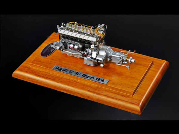 CMC Bugatti 57 SC Motor in Showcase auf Holzplatte 1:18