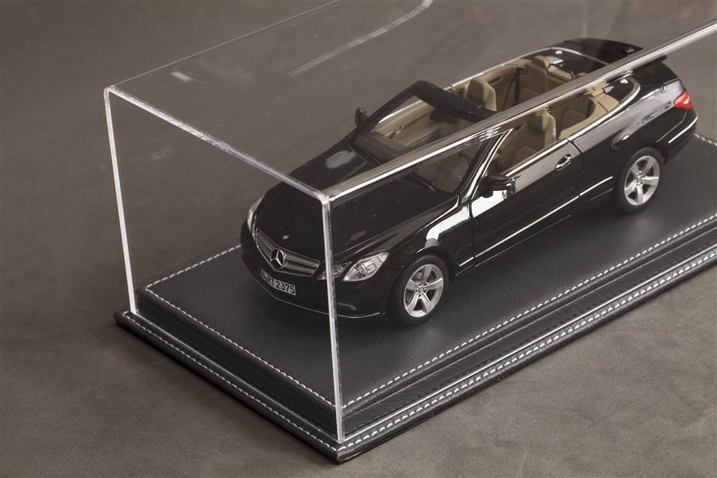 vitrine mulhouse f r 1 18 modelle acrylhaube mit leder bodenplatte anthrazit l325xb165xh125mm. Black Bedroom Furniture Sets. Home Design Ideas